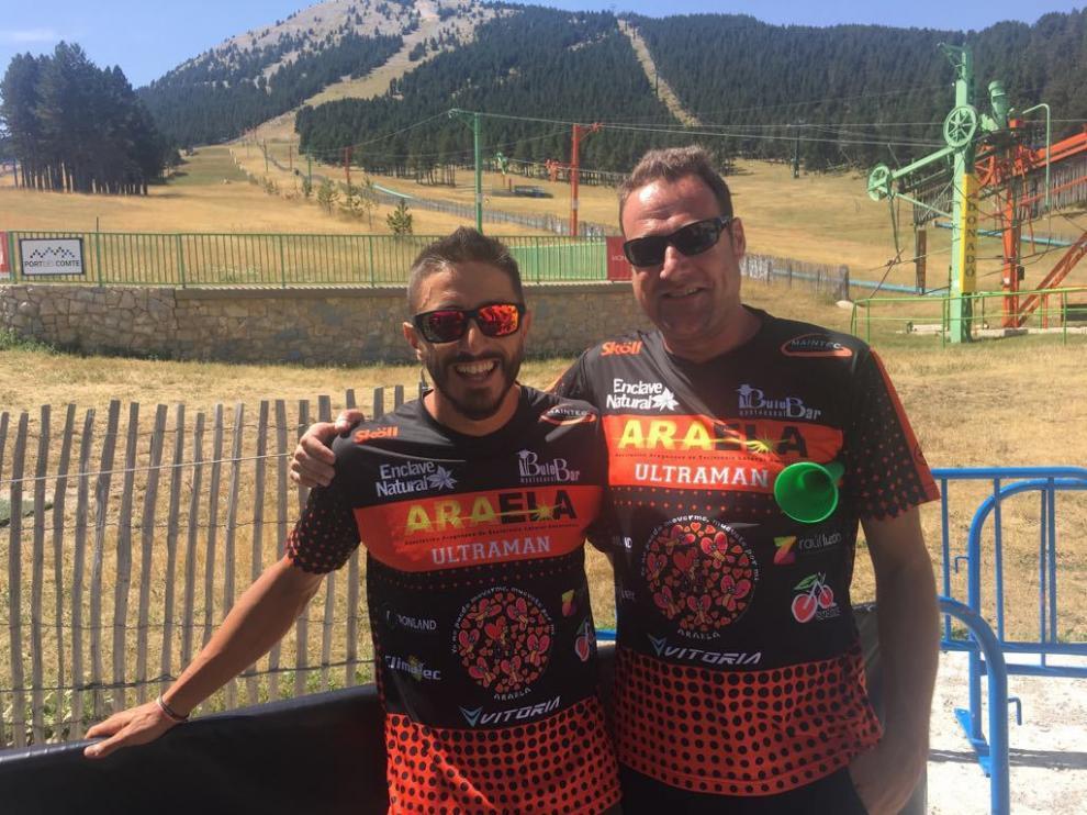 Juanito Martínez (izq.) junto a Jorge Gayá. Ambos con las camisetas a beneficio de ARAELA.