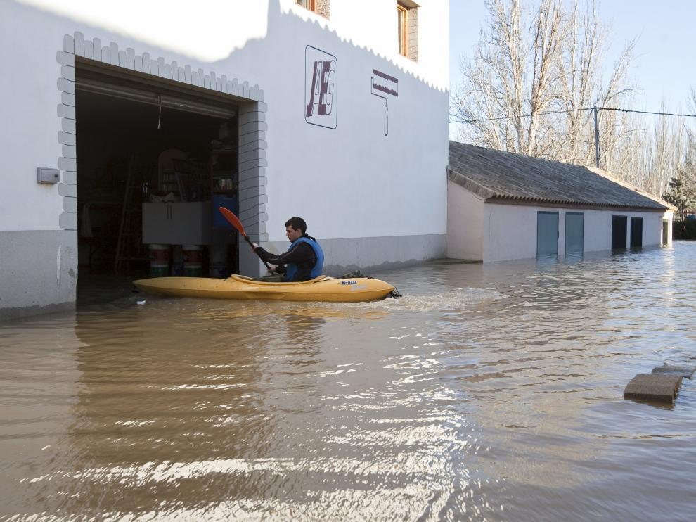 Imagen de archivo de la riada del río Ebro en enero de 2013 en el municipio de Novillas.
