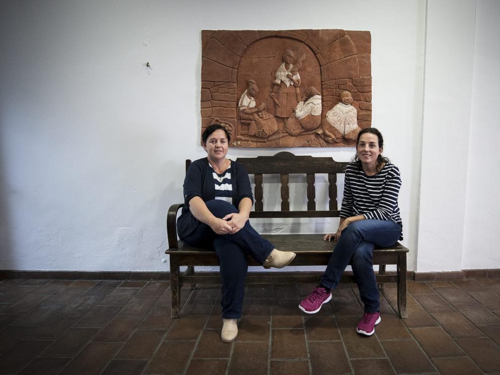 Beatriz Carrillo y Rosa Escanero, concejalas del Ayuntamiento, bajo una muestra del talento de Marín Bagüés.