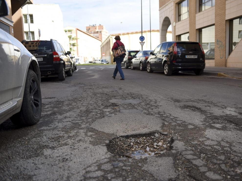Un gran bache en la calle Las Ciencias, una de las que se va a asfaltar
