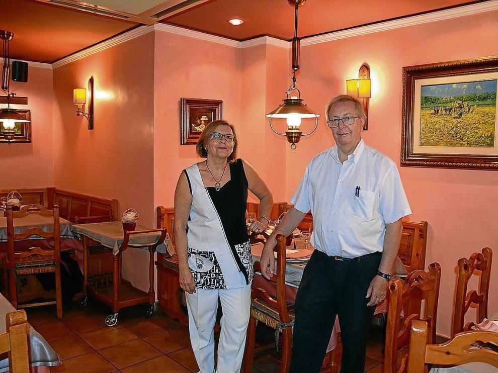 Mari Mar Cabeza y Gerardo Biurrun, en el comedor del restaurante Gerardo, en Zaragoza.