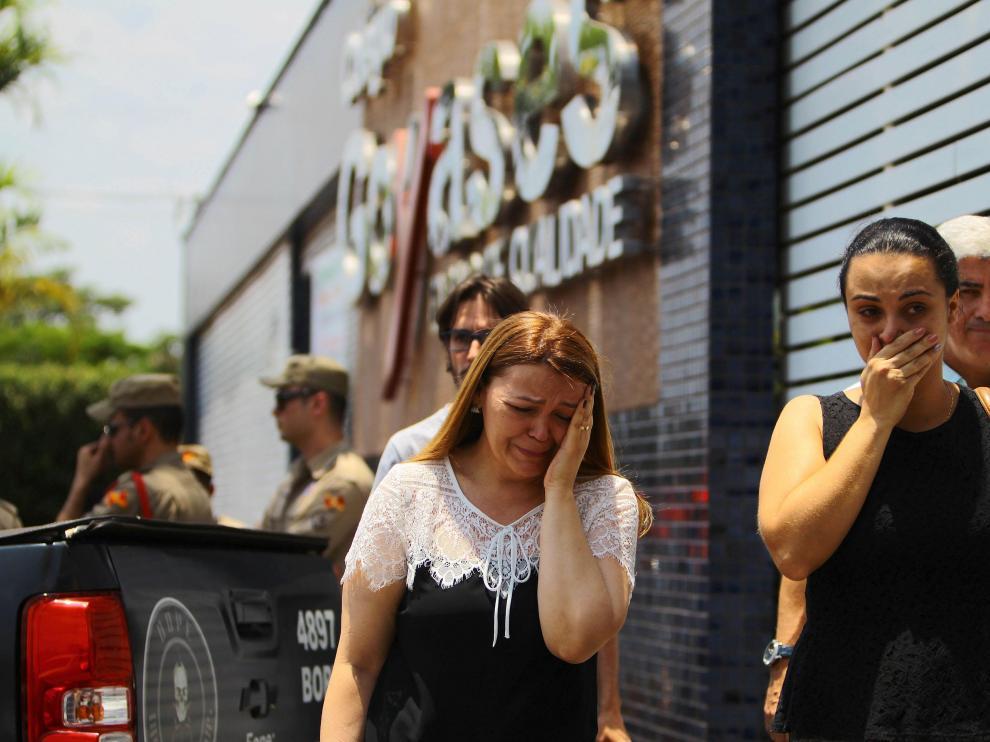 Familiares de estudiantes lloran tras el tiroteo