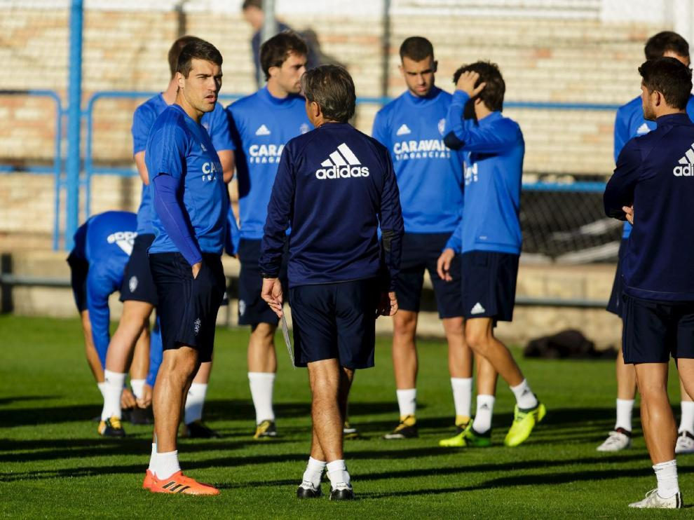 Los jugadores del Real Zaragoza charlan con el entrenador, Natxo González, al inicio del ensayo en la Ciudad Deportiva.