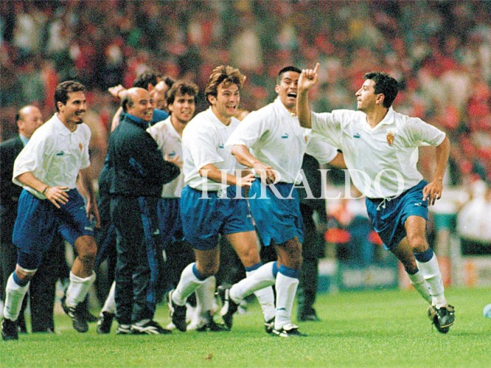 Nayim celebra su épico gol en París el 10 de mayo de 1995
