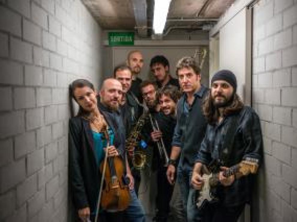 El presentador Manel Fuentes y su Spring's Team, una banda de ocho músicos profesionales con quienes interpreta los temas más populares de Bruce Springsteen.