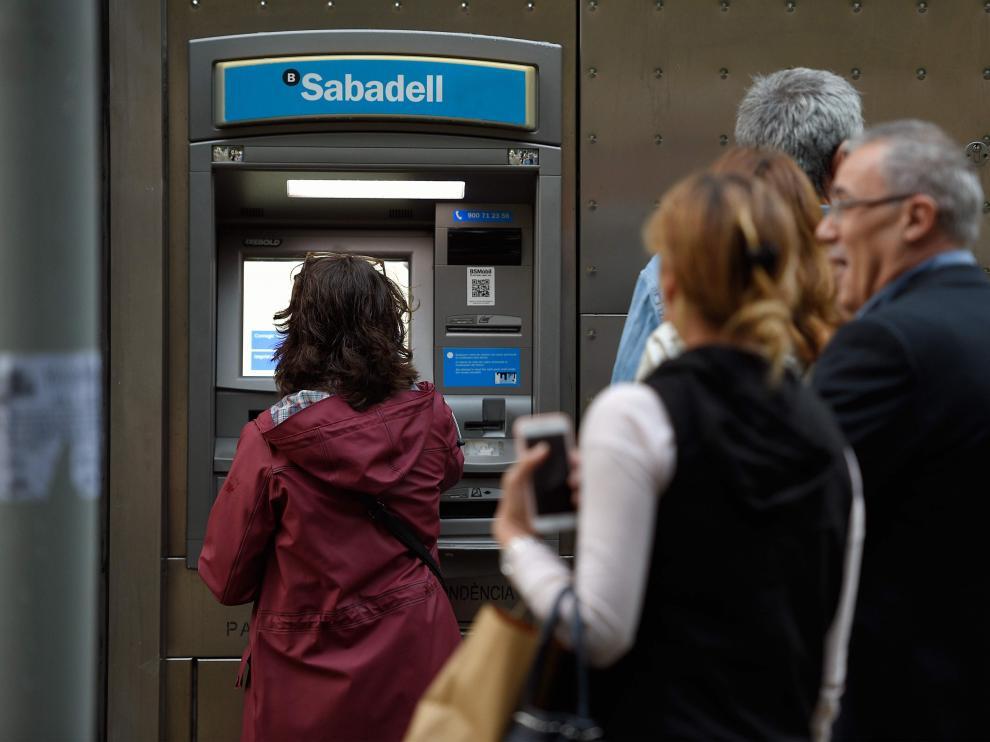 El llamamiento ha tenido poca acogida, dado que no se han producido por lo general colas significativas ante las oficinas bancarias.