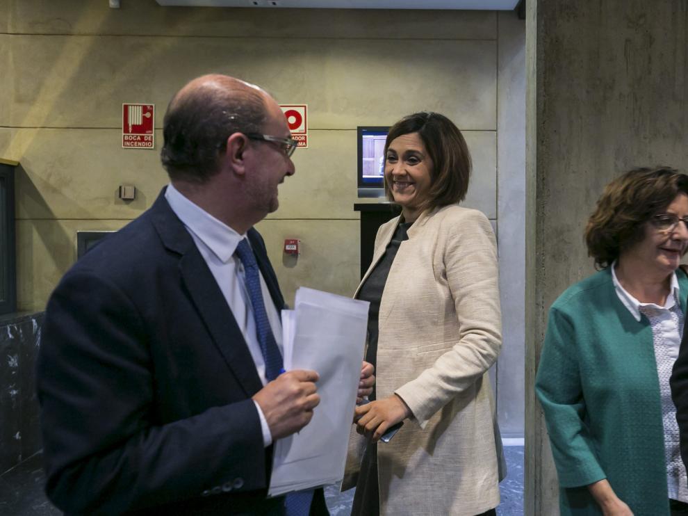 El presidente de Aragón, Javier Lambán, y la portavoz de C's, Susana Gaspar, ayer, en las Cortes.