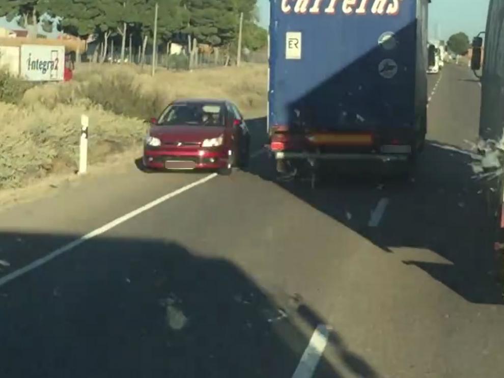 El conductor del Citröen C-4 rojo reaccionó con rapidez echándose a un lado para no chocar de frente con el vehículo pesado.