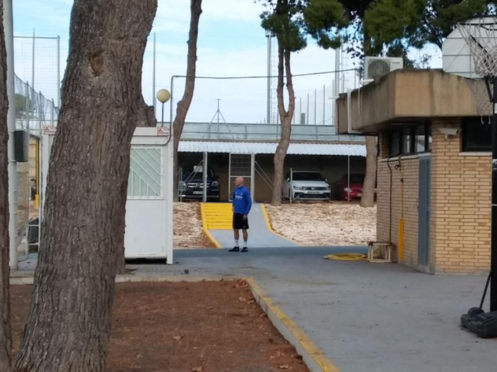 Toquero, camino del gimnasio en la mañana de este viernes, cuando no pudo entrenarse con el resto del equipo en la Ciudad Deportiva del Real Zaragoza.