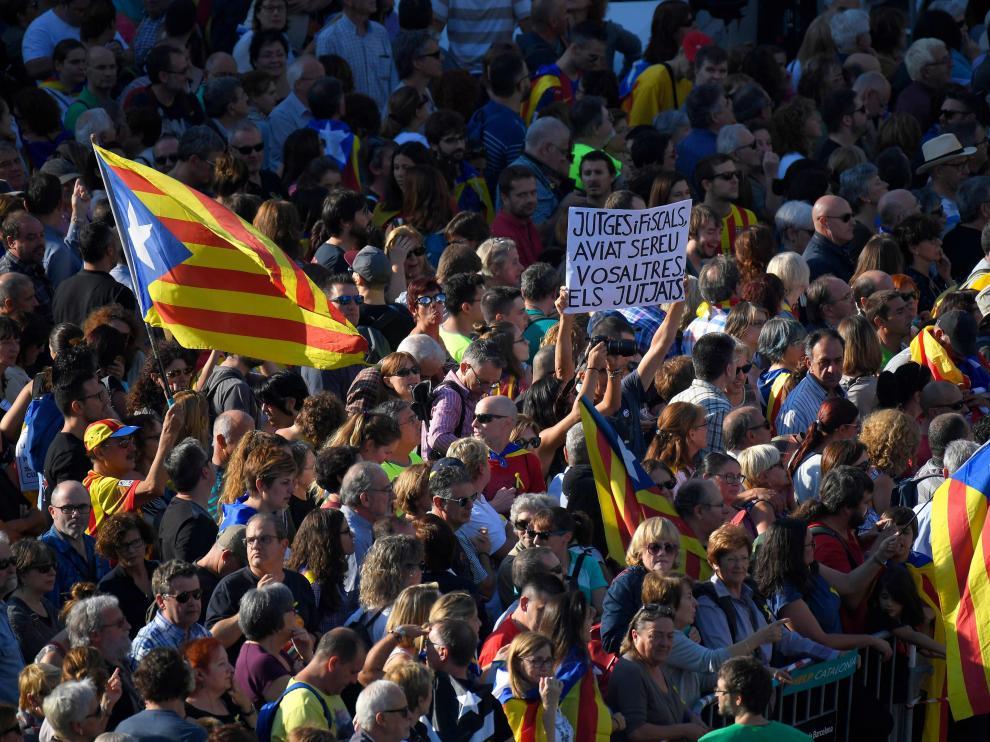 Miles de personas se manifiestan en Barcelona por el autogobierno y la libertad de Sánchez y Cuixart