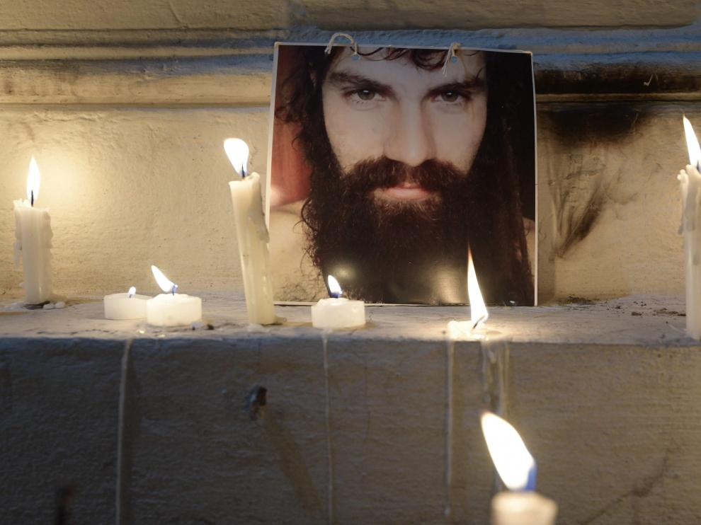 Un retrato de Maldonado, alumbrado por velas