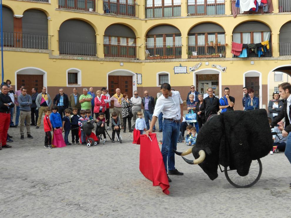 El torero Alberto Álvarez enseñando a los niños en la plaza de Toros Vieja de Tarazona