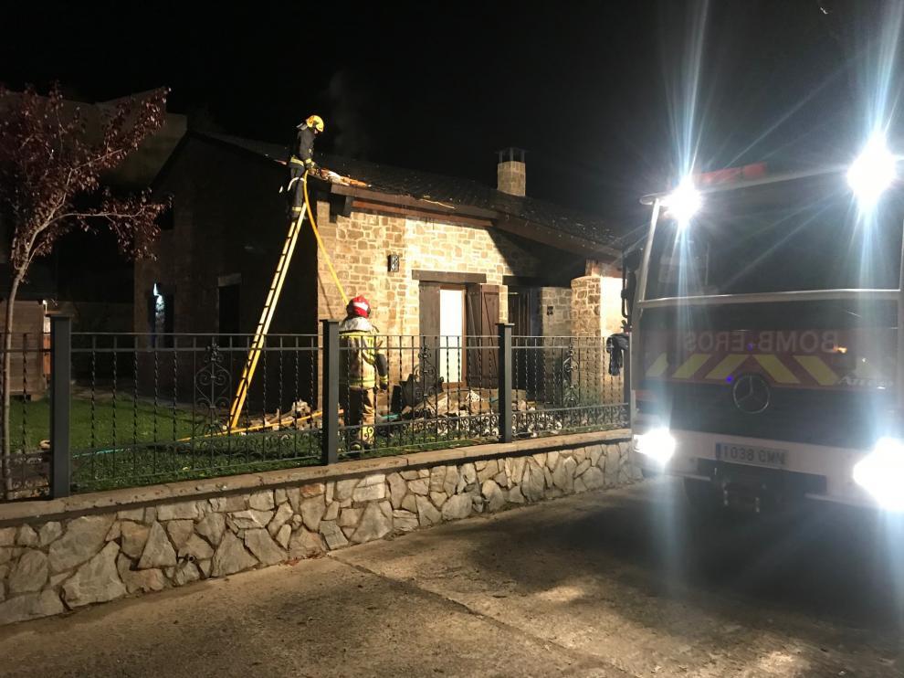 Los bomberos del Alto Gállego han empleado varias horas en las labores de extinción