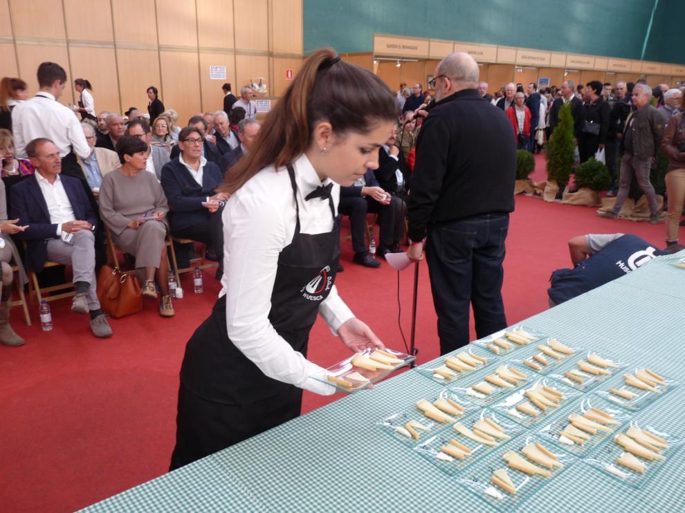 Un jurado técnico eligió cuatro quesos del concurso popular que luego ha probado el público para votar.