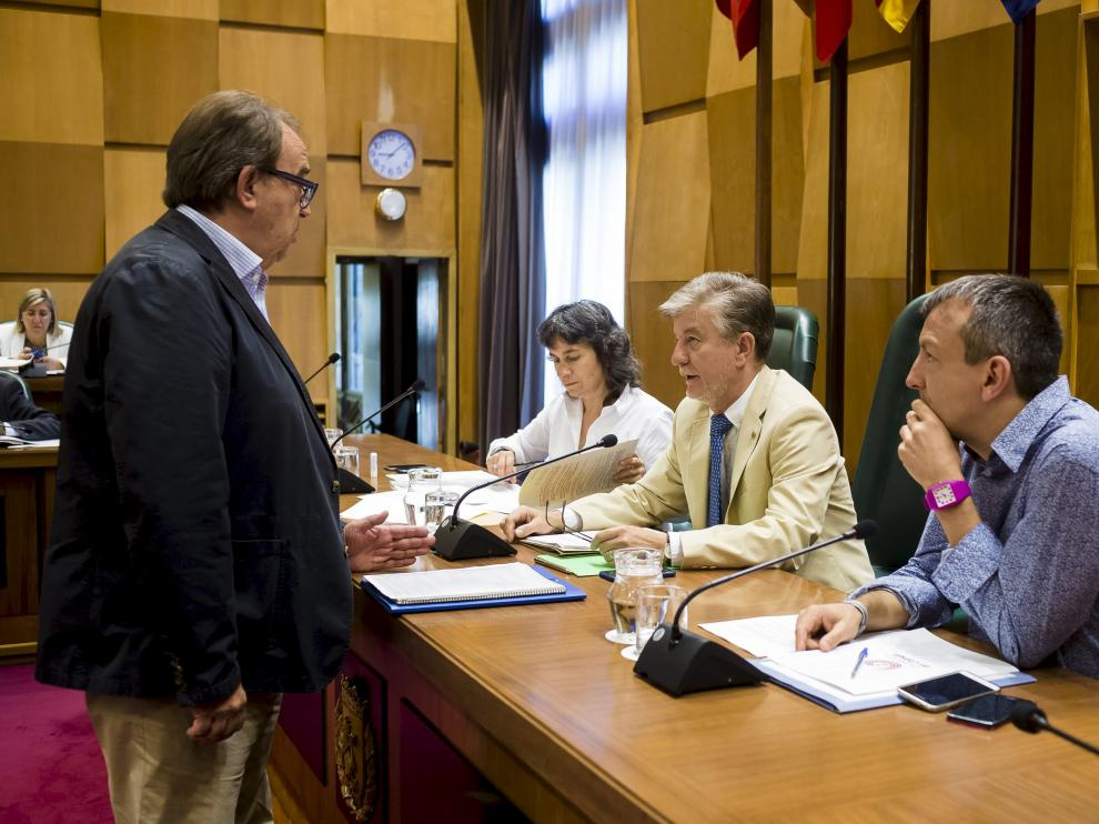 Carlos Pérez Anadón conversa con el alcalde, Pedro Santisteve, en un pleno del pasado junio.