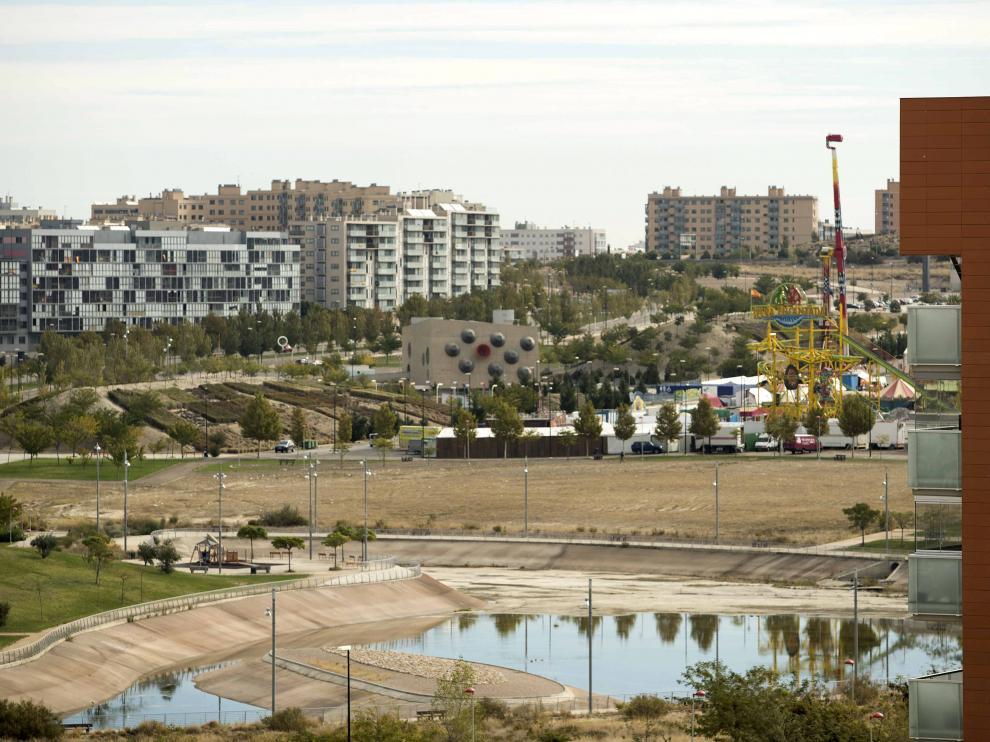 Vista de Valdespartera desde Arcosur con el recinto ferial y el CUS (edificio de topos negros y rojo), que será la sede del Distrito Sur.