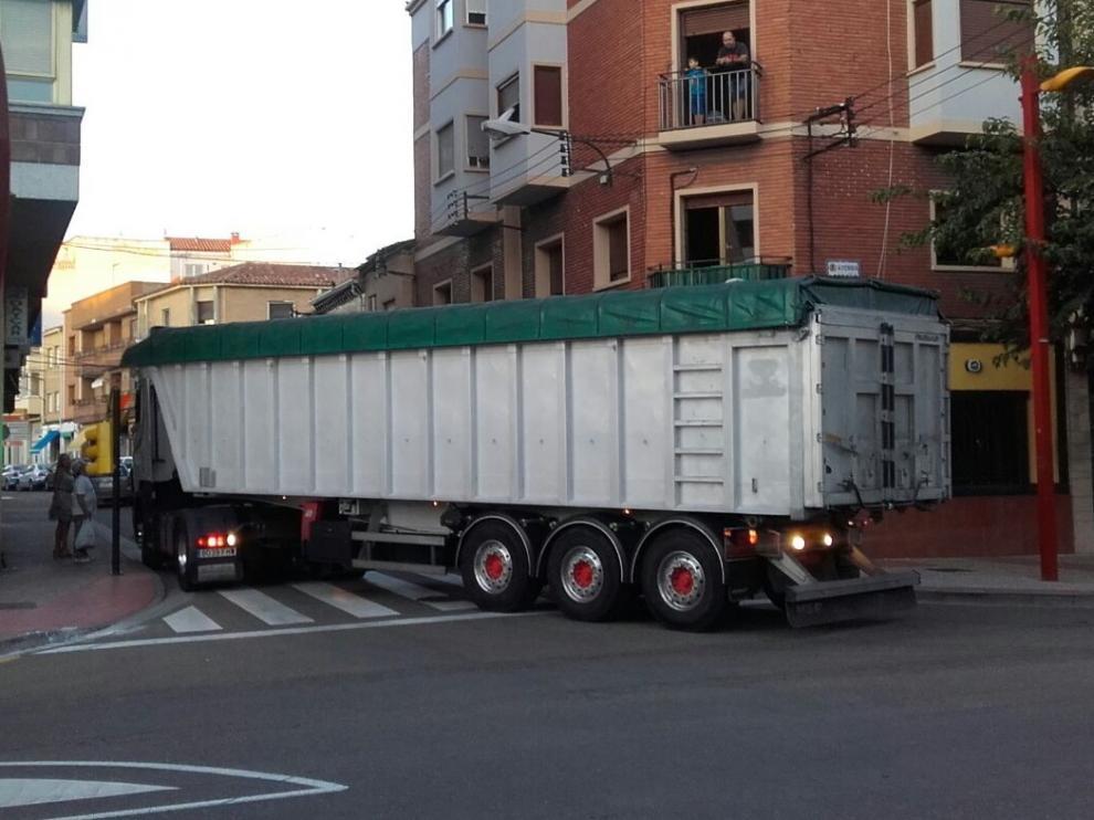 Un camión girando por una de las calles del centro de Casetas