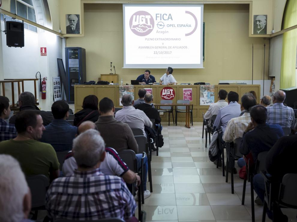 Asamblea de afiliados de UGT en Opel celebrada ayer en la sede del sindicato en Zaragoza.