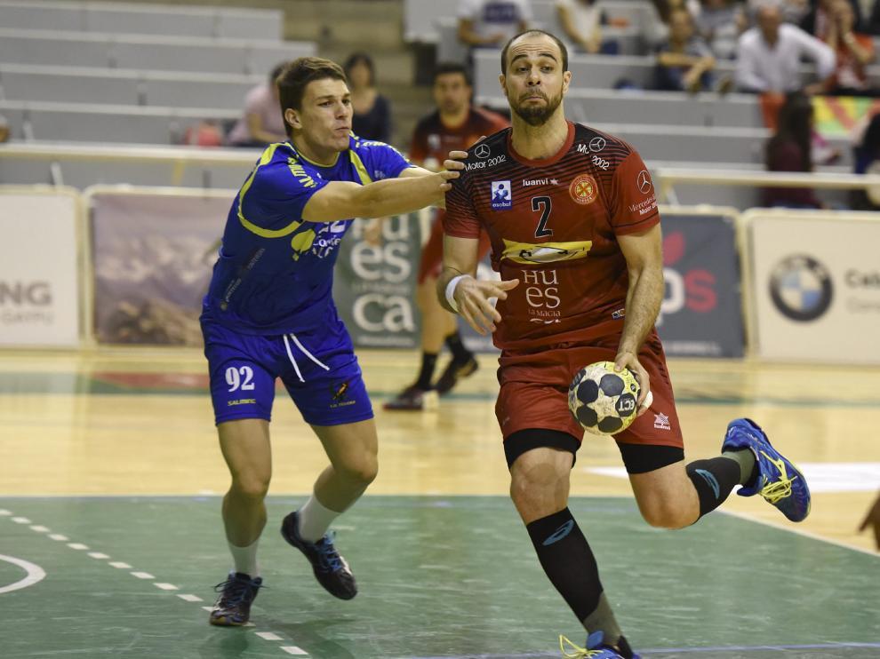 El jugador del BadaHuesca Henrique Teixeira, con el balón, durante un encuentro esta temporada.
