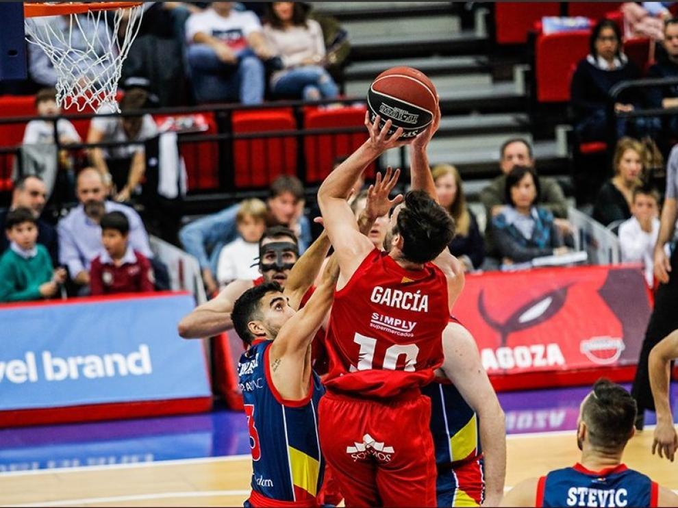 Un lance del choque entre el Basket Zaragoza y el Andorra.