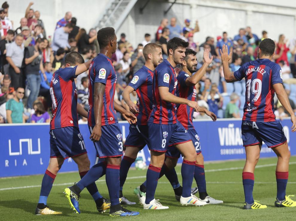 Los jugadores del Huesca celebran el gol de Sastre, el pasado sábado ante el Cádiz.