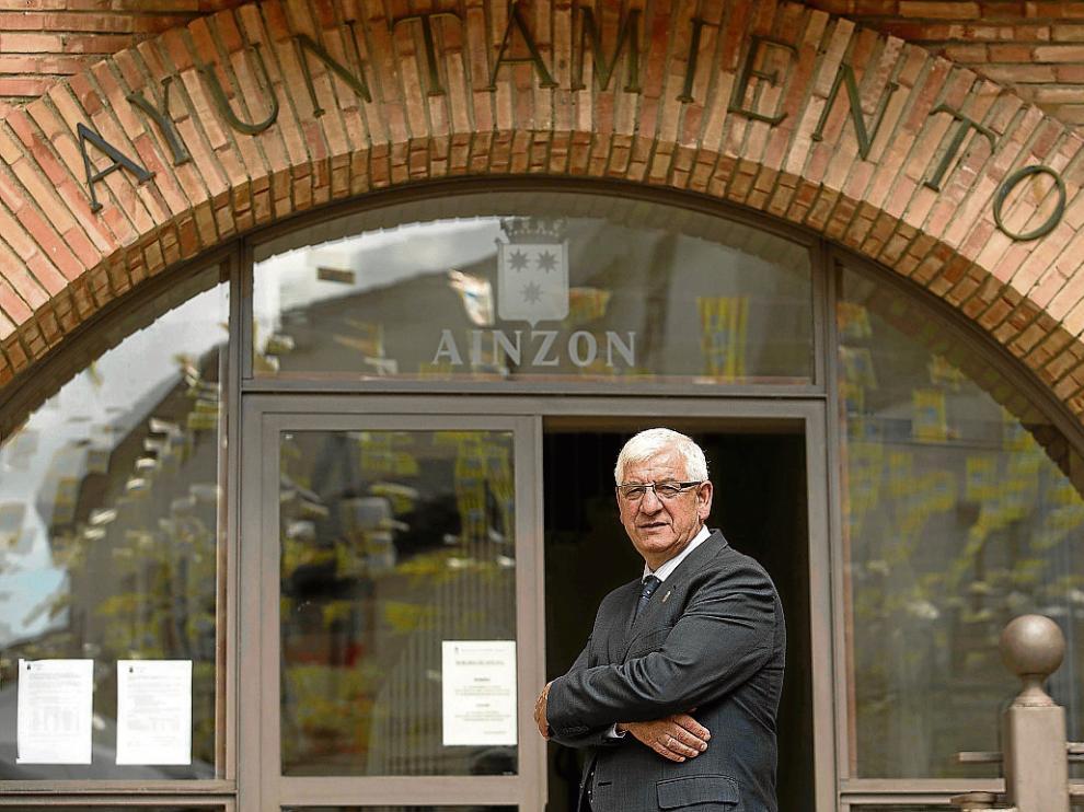 Javier Corella, frente a la puerta de acceso al ayuntamiento de Ainzón.
