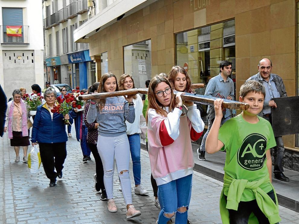 Un grupo de jóvenes lleva la Cruz de Lampedusa por las calles de Calatayud.