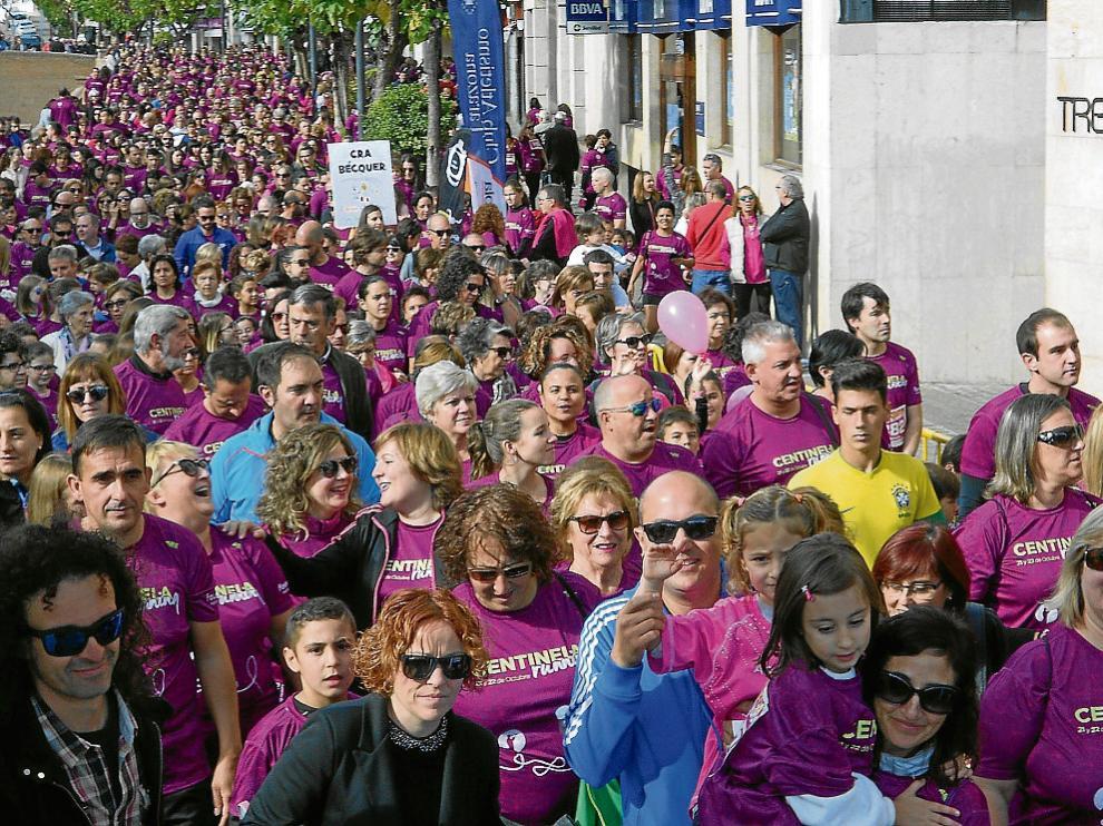 Cientos de personas lucían la camiseta rosa, ayer, en el inicio de la marcha conmemorativa.