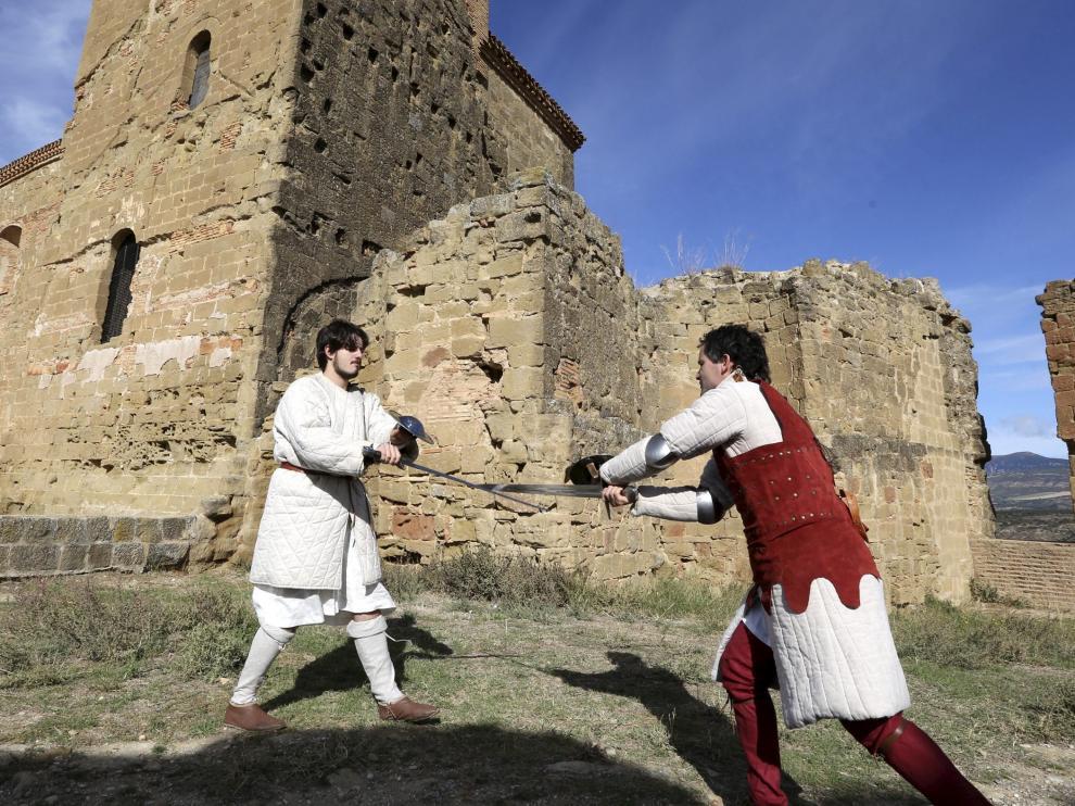 Dos soldados escenificaron un combate de espadas medieval