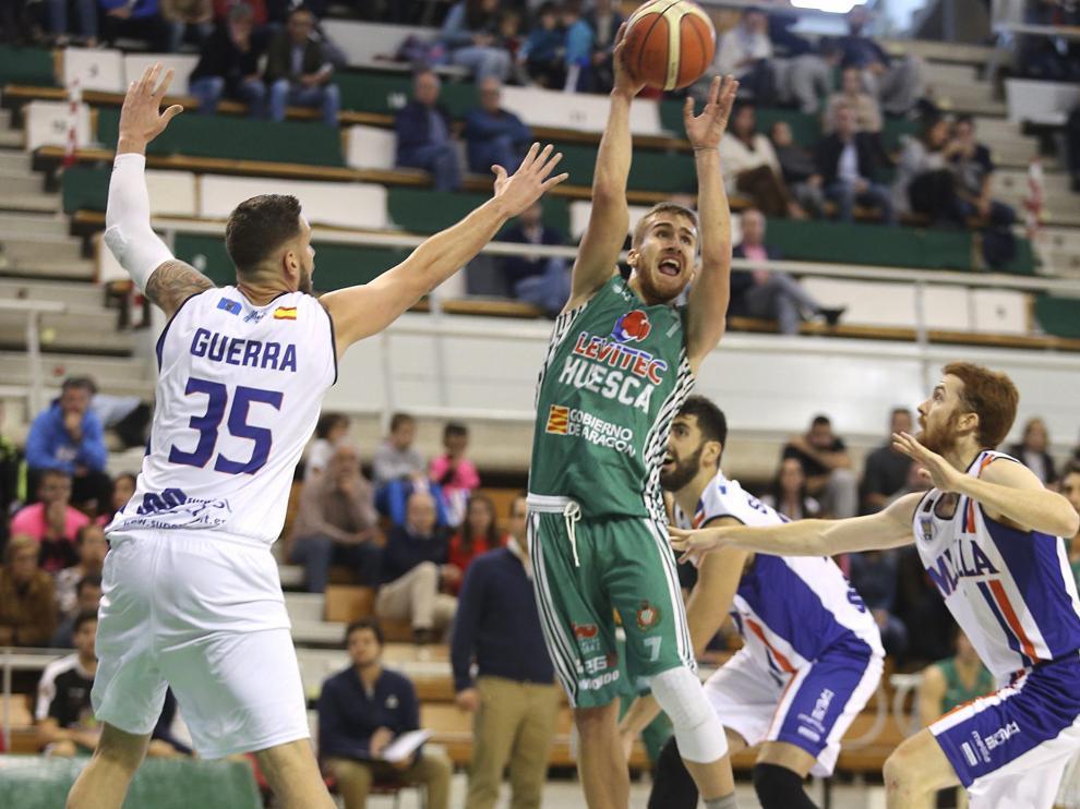 Jorge Lafuente, rodeado de rivales en el partido de ayer.