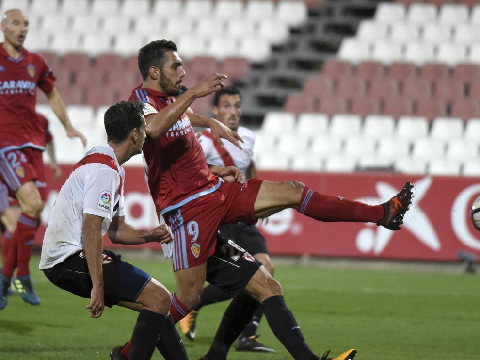 Borja Iglesias anota el primer gol del Real Zaragoza contra el Sevilla Atlético