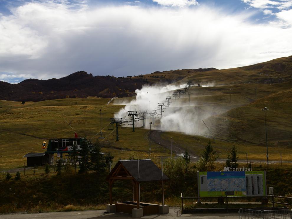 Las estaciones de esquí prueban sus cañones de nieve