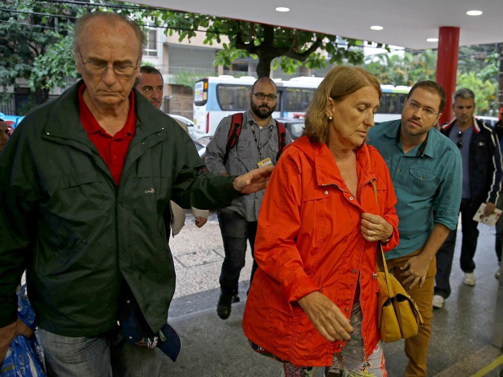 El hermano y la cuñada de la víctima, a su llegada al hospital