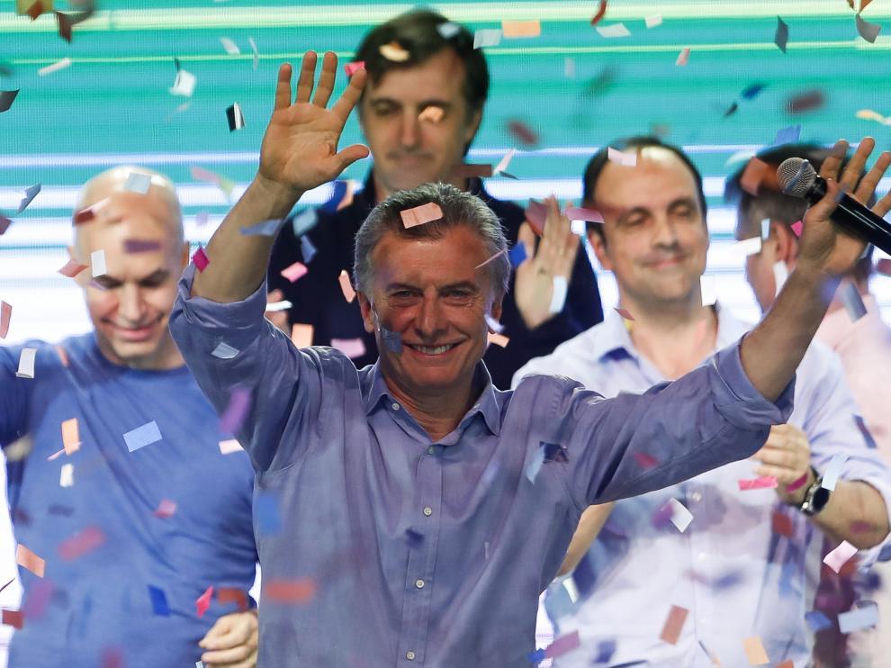 """""""Confirmamos nuestro compromiso serio y profundo con el cambio"""", expresó Macri ante cientos de seguidores en el búnker oficialista en Buenos Aires tras conocer que Cambiemosse colocaba primero no solo en la codiciada provincia de Buenos Aires."""