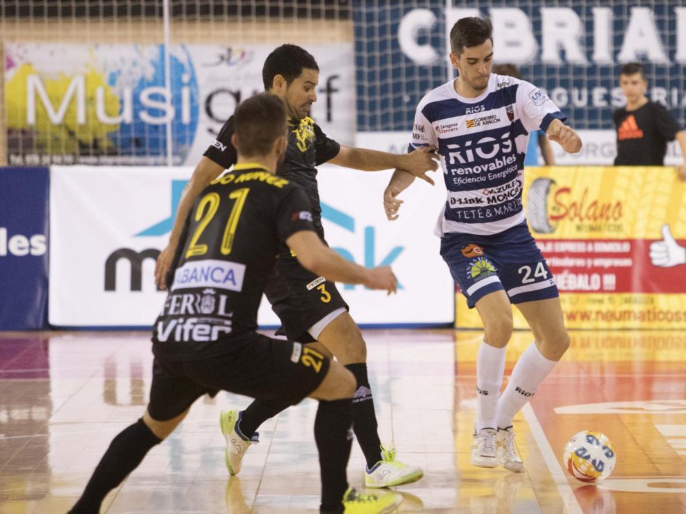 Adri Ortego intenta marcharse de un jugador del O Parrulo, en la segunda jornada liguera
