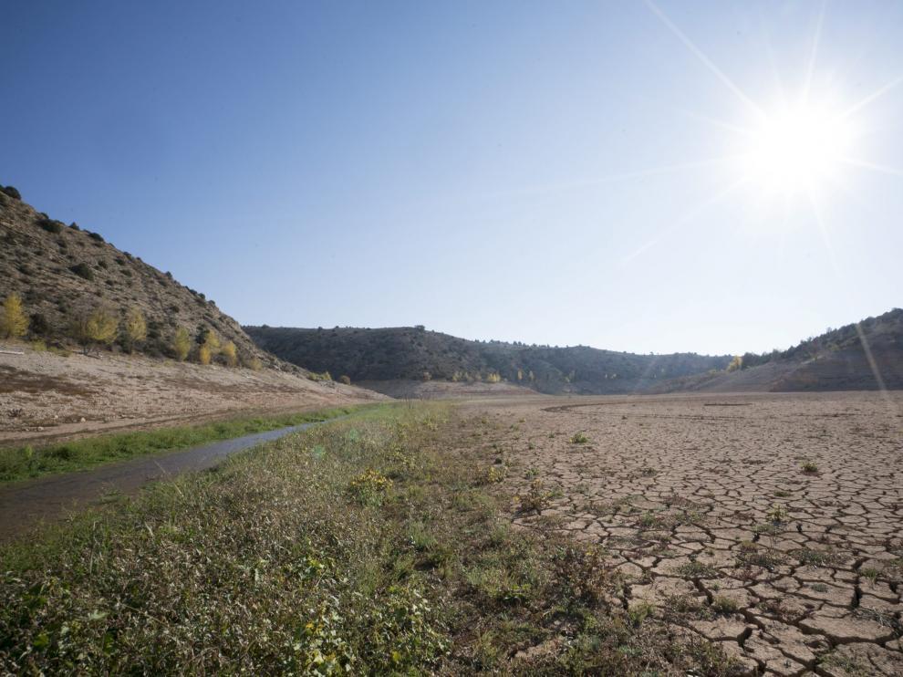 La zona de la cola del pantano. El fondo del pantano del Arquillo, en la zona de la cola, mostraba hace una semana la tierra cuarteada por efecto de la sequía. Sus reservas de agua han pasado de 21 hectómetros cúbicos, que tiene su capacidad, a los 3,9 que presenta en la actualidad.