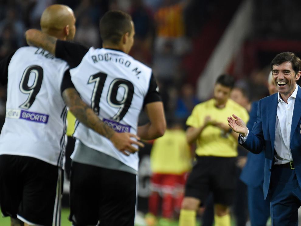 Zaza y Rodrigo caminan hacia un sonriente Marcelino para celebrar uno de los goles del 4-0 del Valencia al Sevilla.