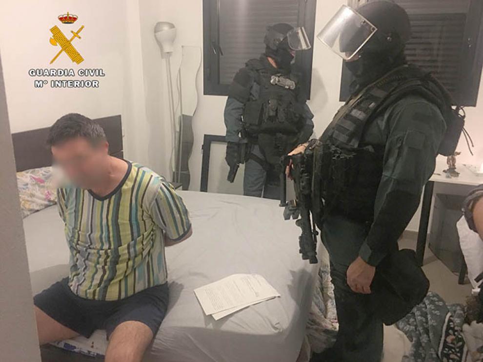 Dentro de la operación se han realizado tres registros domiciliarios donde se ha intervenido varias armas y material para cometer los robos.