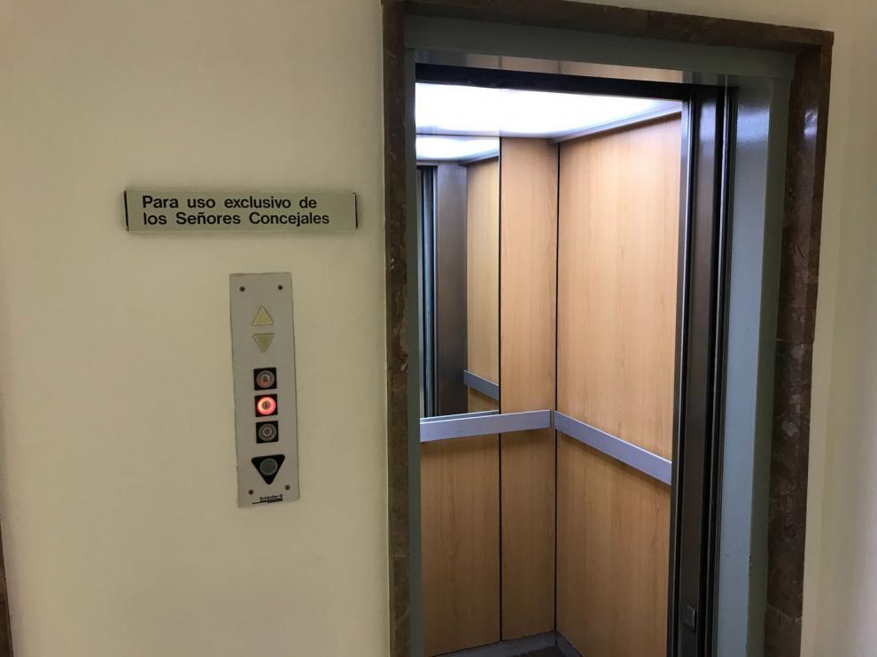 El ascensor de uso exclusivo, con el cartel que se puso hace más de una década.