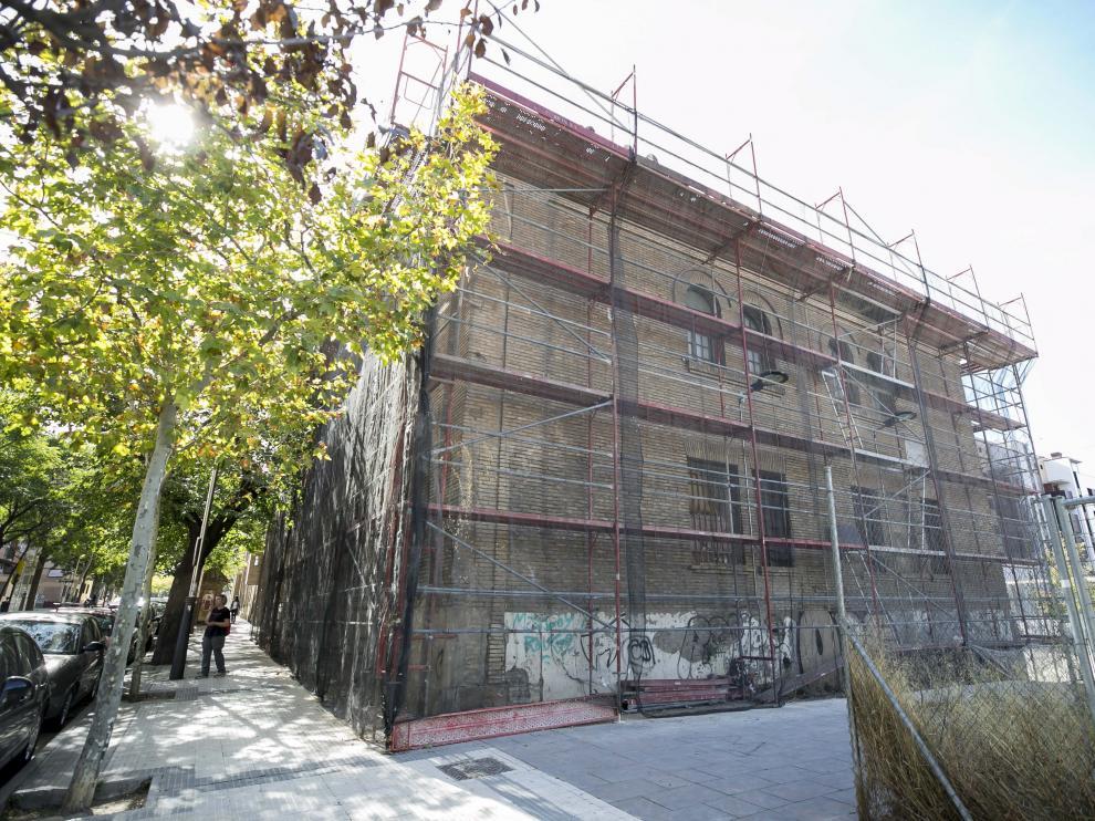 Trabajos de mantenimiento en la antigua cárcel de Torrero, ocupada desde 2010