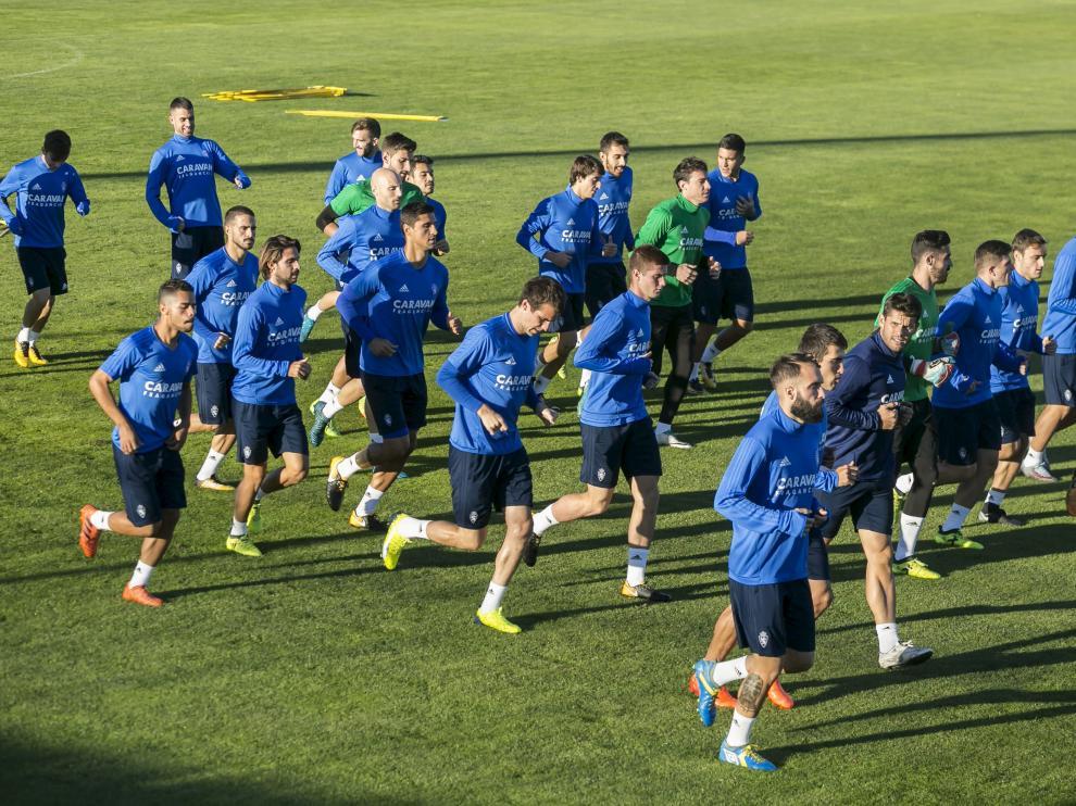 Los jugadores del Real Zaragoza, en el entrenamiento que realizaron ayer en la Ciudad Deportiva.