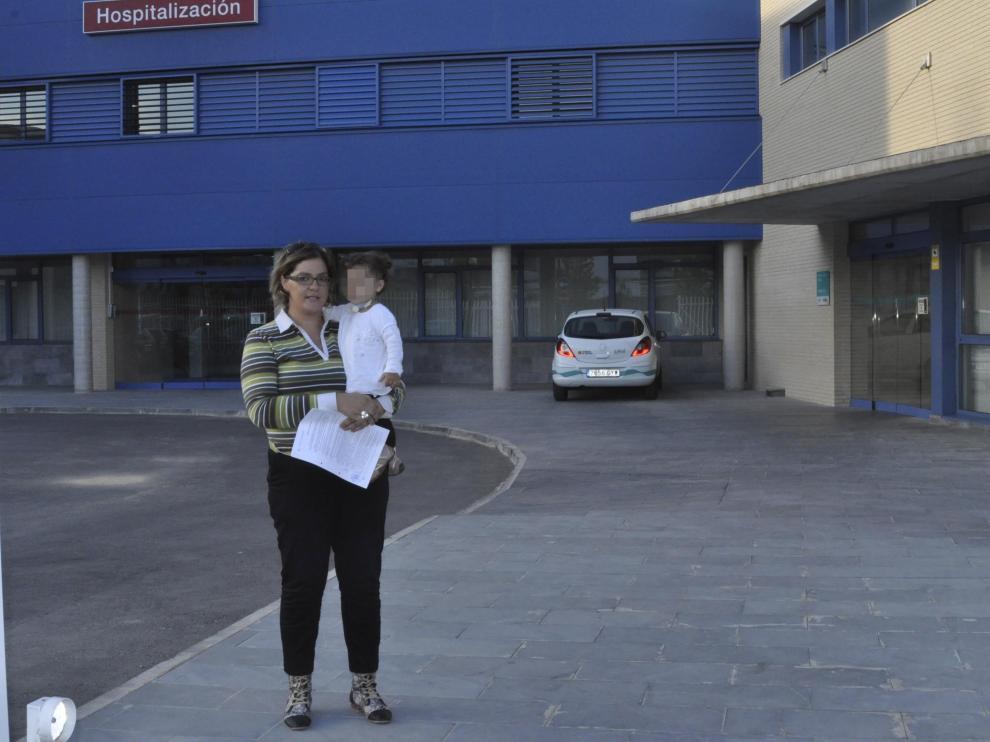 Aránzazu Mármol con su hija Ares delante del centro médico de Fraga en imagen de archivo
