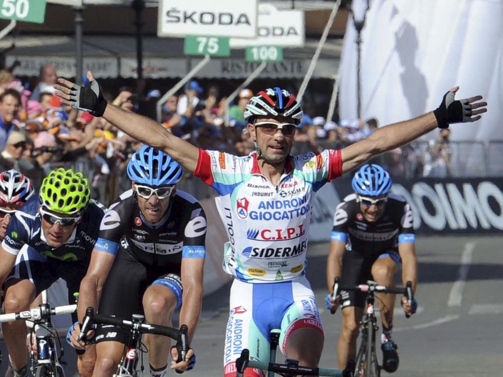 Vicioso alza los brazos tras ganar la tercera etapa del Giro de Italia 2011