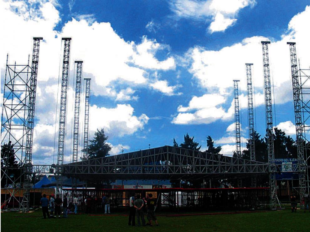 Montaje del escenario sobre el que se subirá Héroes del Silencio en el primer concierto de la gira 2007