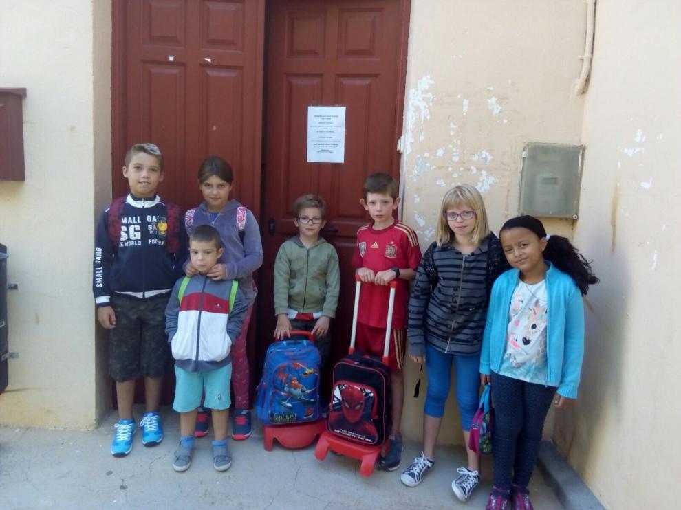 Los siete alumnos del colegio de Oliete, recuperado gracias a la iniciativa de Apatrina un Olivo.