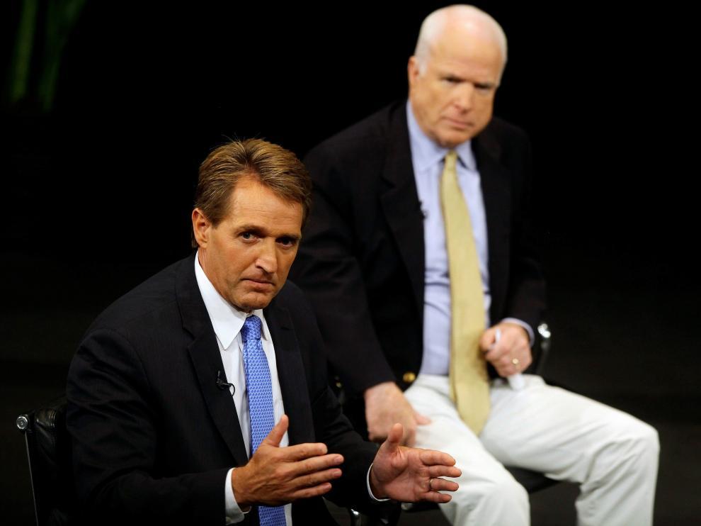 Flake, acompañado del también senador republicano y crítico con Trump John McCain.