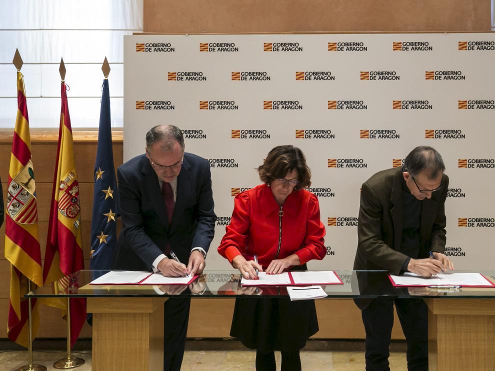 El director territorial de Endesa en Aragón, Ignacio Blanco; la consejera María Victoria Broto y el director de Ecodes, Víctor Viñuales,durante la firma del convenio este martes