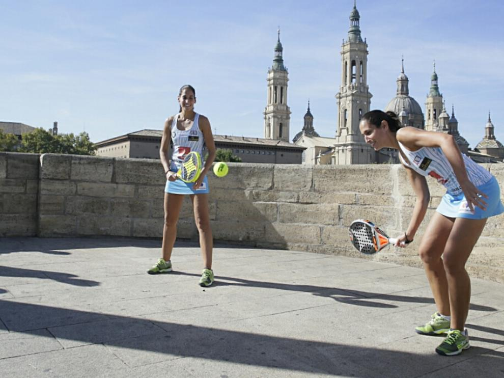 Majo y Mapi Sánchez Alayeto, este martes en el puente de Piedra.