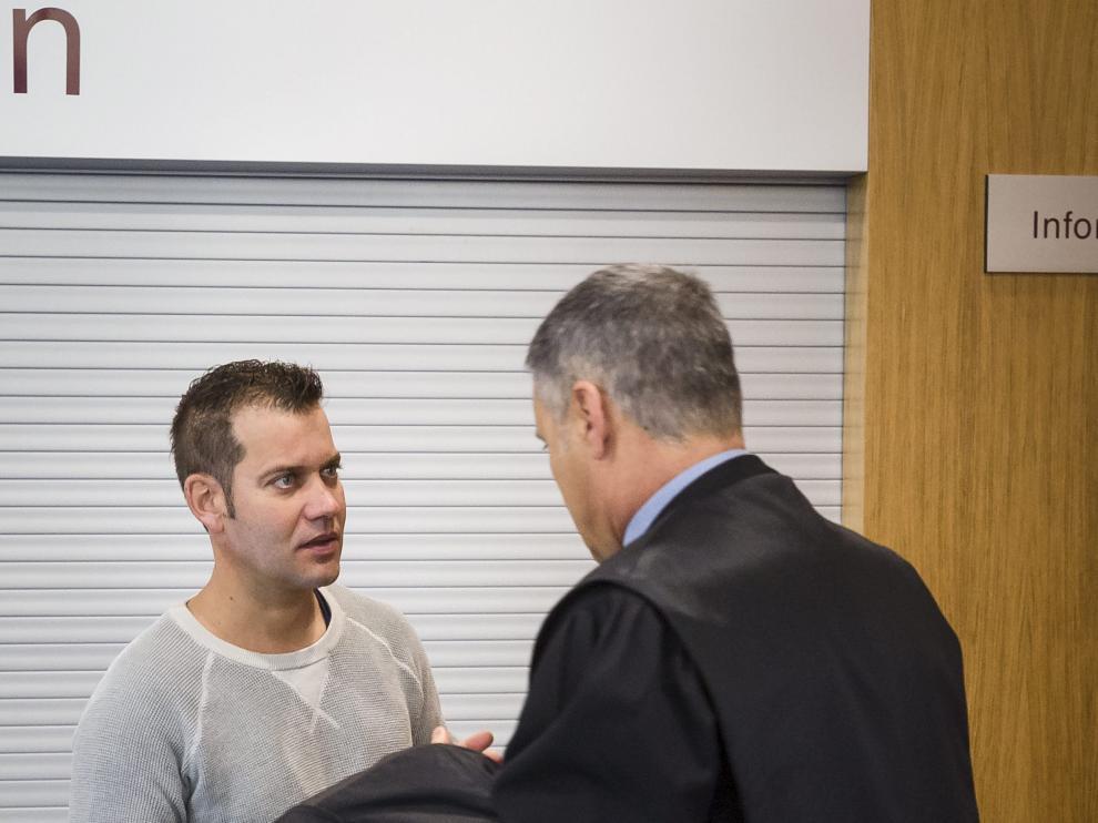 El acusado conversa con su abogado momentos antes de comenzar el juicio en la Audiencia Provincial de Zaragoza.
