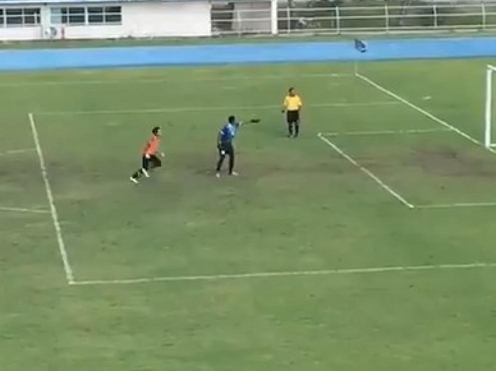 ¿El penalti más surrealista de la historia del fútbol?